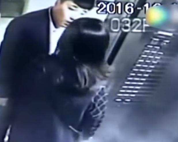 طلبت منه ألا يُدخن في المصعد فقط..ويا ليتها لم تطلب! شاهدوا ماذا فعل بها...لن تصدقوا ما ستشاهدون في هذا الفيديو الصاعق