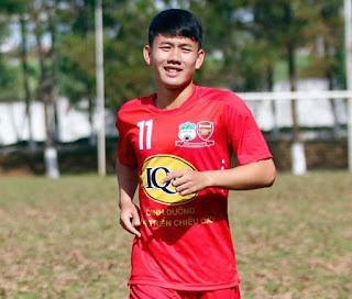 Hình ảnh quen thuộc của Minh Vương sau khi ghi được những bàn thắng. Đây là hành động Vương tưởng nhớ người cha quá cố của mình