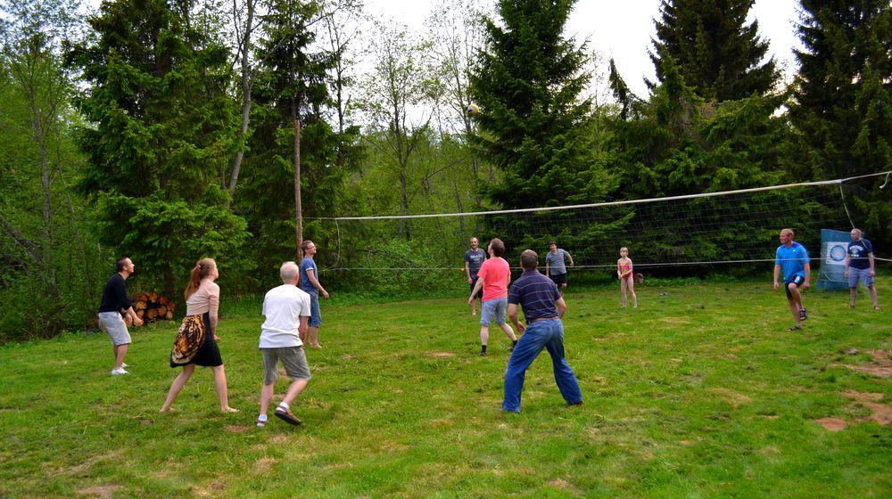 Valgejõe puhkekeskuse pallimängud inimesed mängivad võrkpalli
