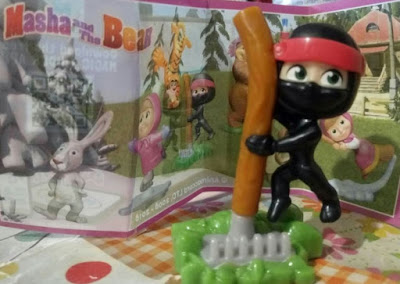 Фигурка Маши в роли ниндзя Kinder Surprise Masha and the Bear
