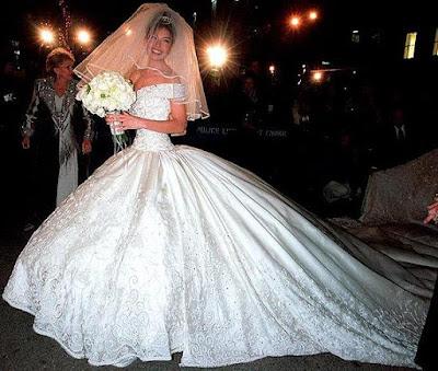 Foto de Thalia feliz con su vestido blanco