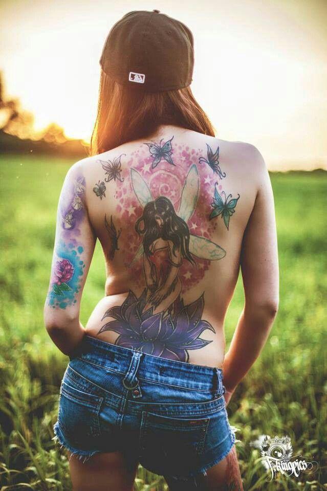 chica de espaldas con tatuaje de flor del loto