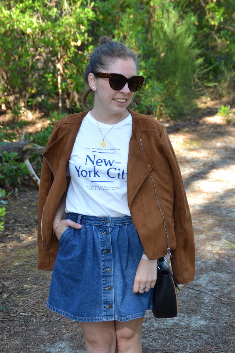 t-shirt New York H&M, jupe en jean Zara, lunette Aliexpress, veste en daim camel Stradivarius, sac Asos