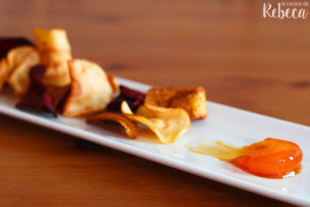 Chips vegetales con yema curada en soja