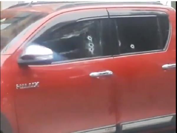 La vagoneta roja quedó como testigo mudo de cómo acribillaron a Suárez Alipa / EL DÍA