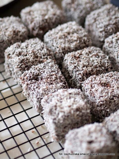 kudlacze, lamingtons, ciastka, ciastko australijskie, biszkopt, polewa czekoladowa, co zrobic z suchym biszkoptem, wiorki kokosowe