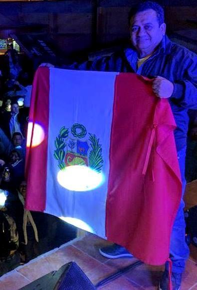 Foto de Tony Rosado con la bandera de su país