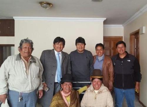 Vera posa junto a Morales en la entrega de una sede vecinal en 2016 / CAMBIO