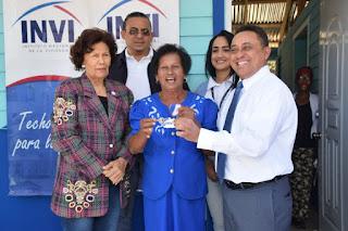 El director general del Instituto Nacional de la Vivienda (INVI), Mayobanex Escoto, entregó junto a la Defensora del Pueblo, Zoila Martínez Guante, dos viviendas a familias de escasos recursos en la provincia Santo Domingo.