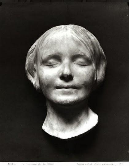 bbd99e3797dc La raison en est que son visage avait gardé l expression d un sourire.  L anecdote et le masque inspirèrent d ailleurs de nombreux artistes.