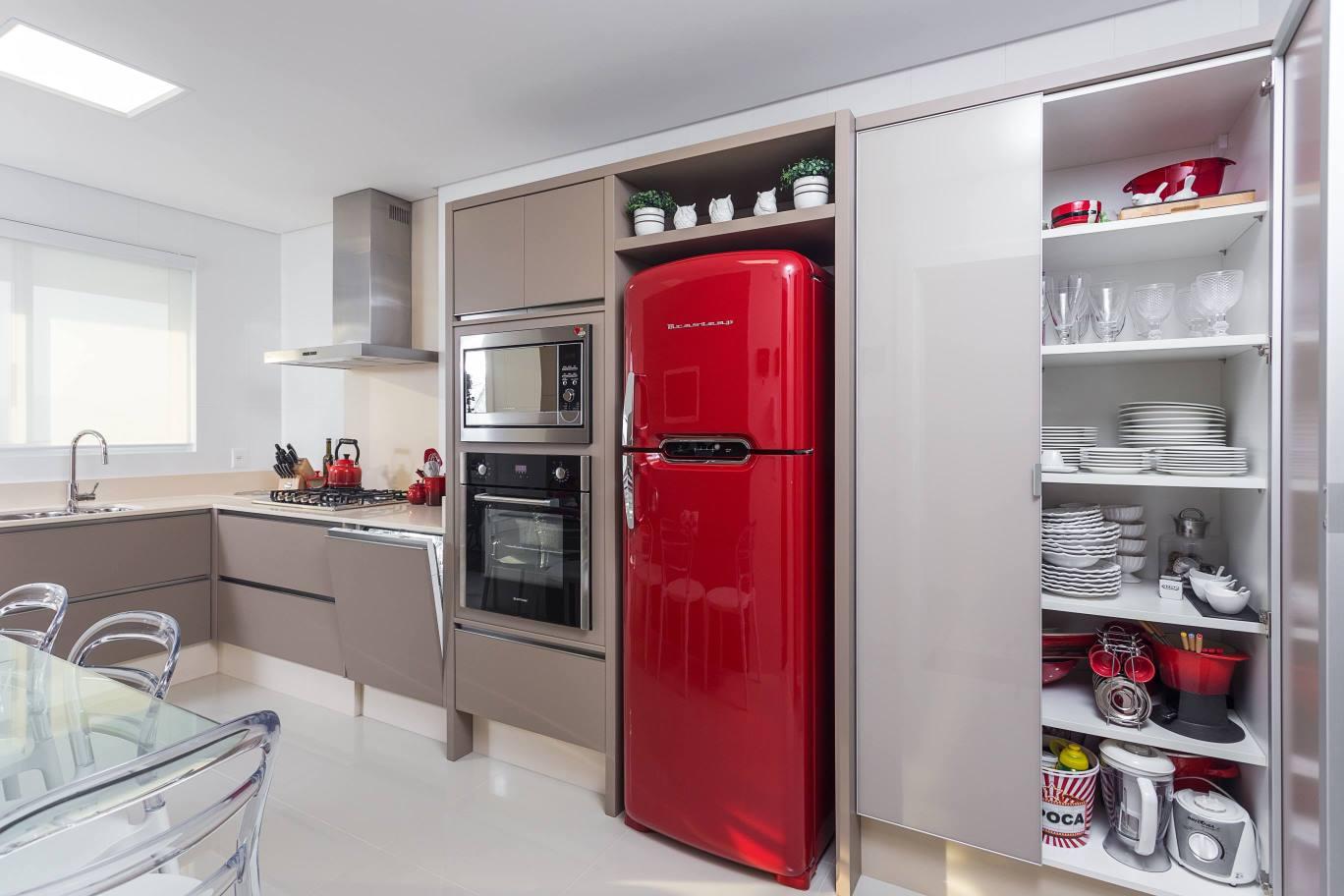 Eletrodomésticos: geladeira e lava louças embutidas no armário  #B3182C 1368 912