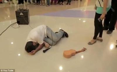 Chuyện trai Kinh tế ôm Guitar đi tỏ tình thất bại nằm khóc gây sốt