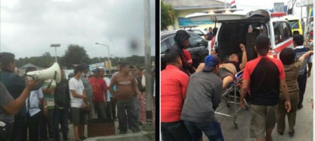 Petugas Basarnas, polisi dan warga mengevakuasi 5 penumpang KM Sinar Bangun yang tenggelam di Danau Toba, Tigaras.