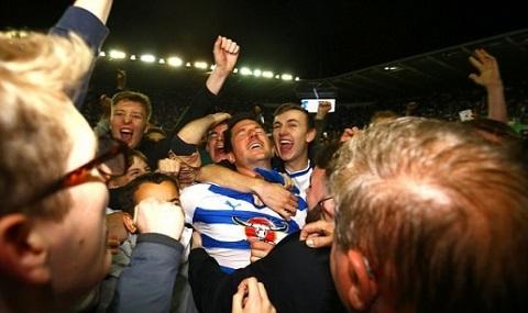 Cổ động viên ăn mừng chiến thắng của  Reading