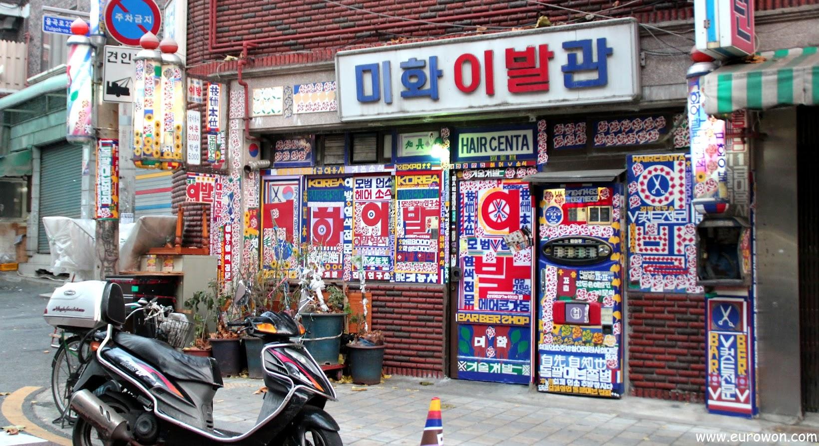 Barbería coreana con pirulís giratorios y pegatinas de colores en las ventanas