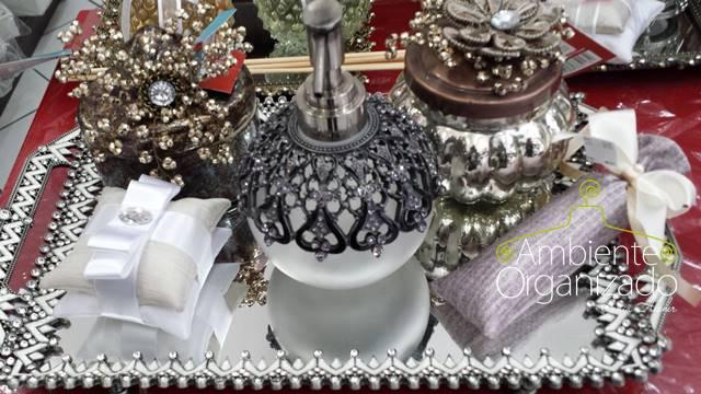 Lavabo decorado com bandejas
