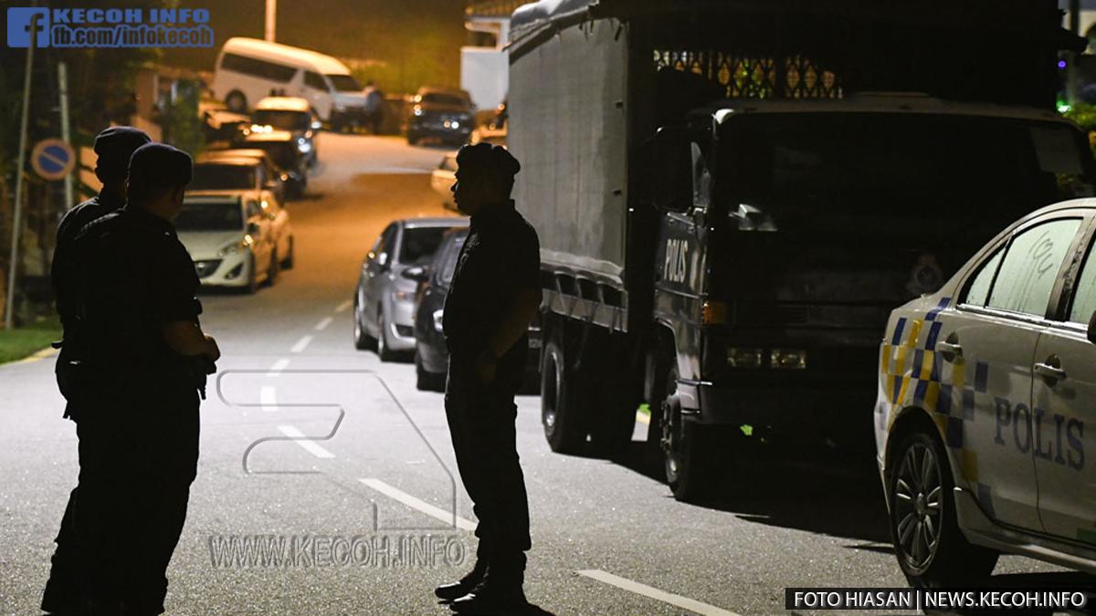 [LIVE] Lori Black Maria Dan Lebih Dari 10 Kereta Polis Di Luar Rumah Najib, Dan Lori Bawa Barang Keluar Dari Rumah Najib Tarik Perhatian Wartawan, Rupanya Inilah Sebabnya