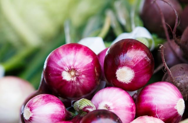 Kandungan zat antibakteri dan aroma bawang merah yang sangat menusuk, bisa membuat kutu rambut pingsan