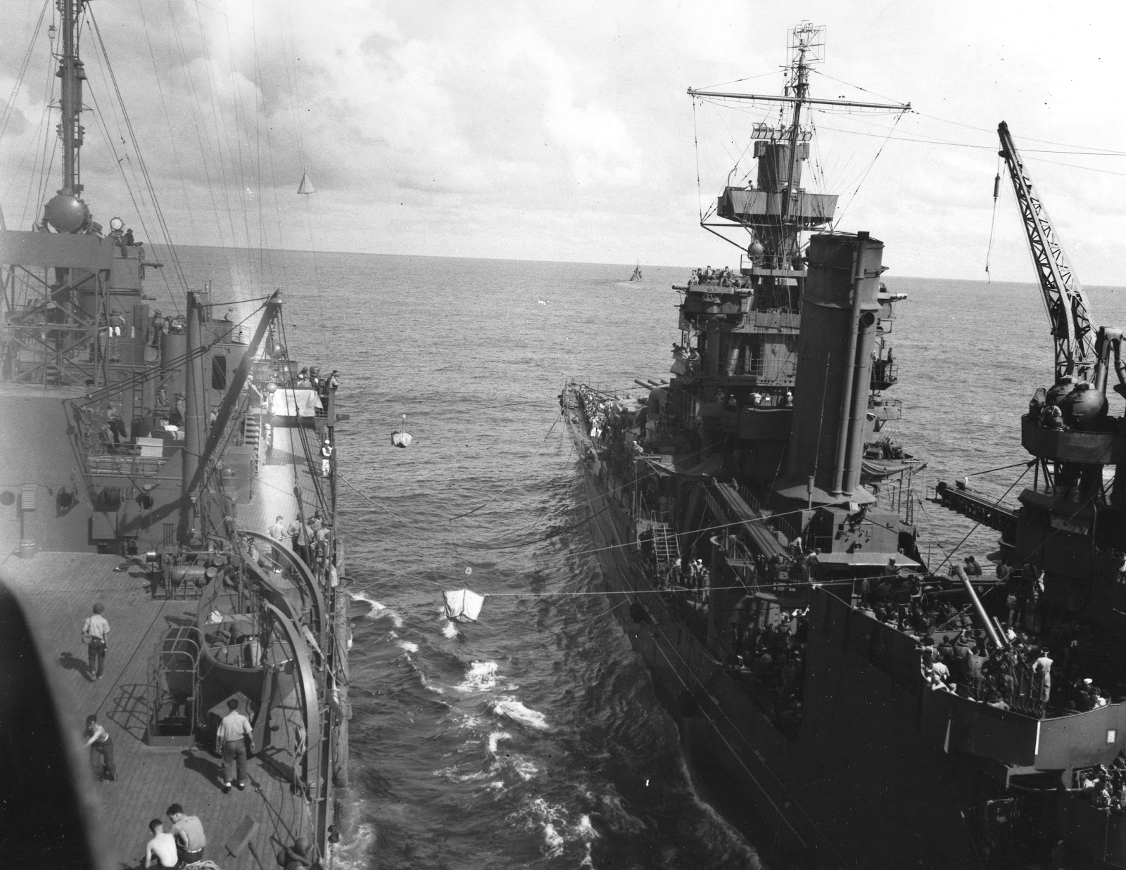 艦船ヨークタウンの生存者を艦船フルトンへ移行する艦船ポートランド