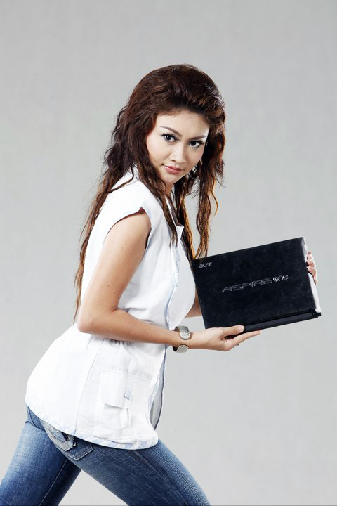 Myanmar Model Thae Naw Zar Photos With Acer Notebook