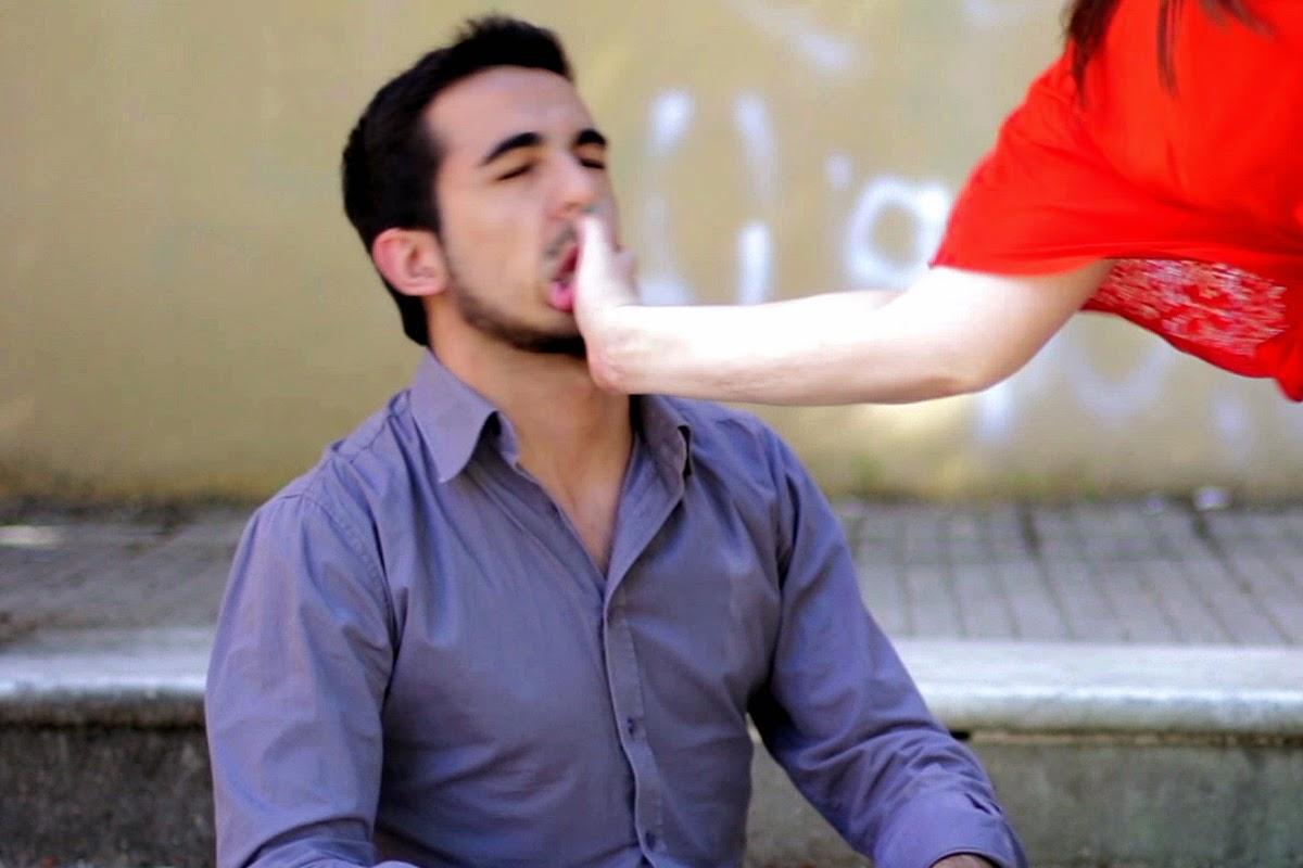 Mann wird von Frau geohrfeigt