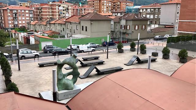 Escultura en Arteagabeitia en la plaza de la FTSI