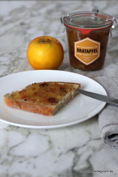 Selbstgemachte Bratapfel-Konfitüre auf Brot