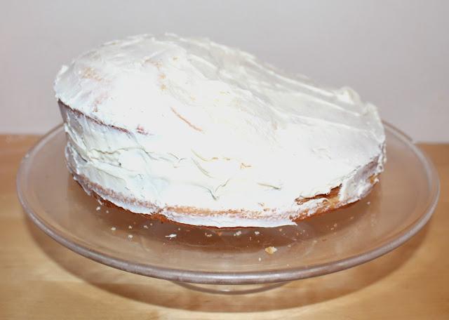 shaping a ski cake