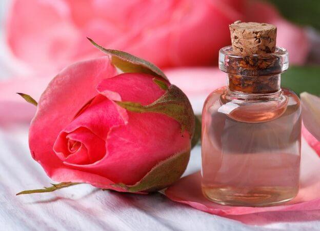 فوائد زيت الورد للوجه