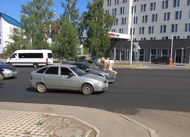 По улицам Уфы гуляла голая девушка