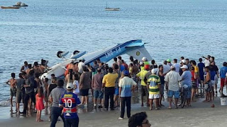 Avião perde controle e cai no mar de Fortaleza; Veja