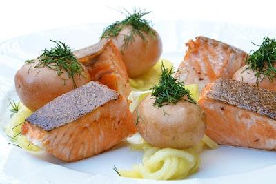Papa asada con salmon