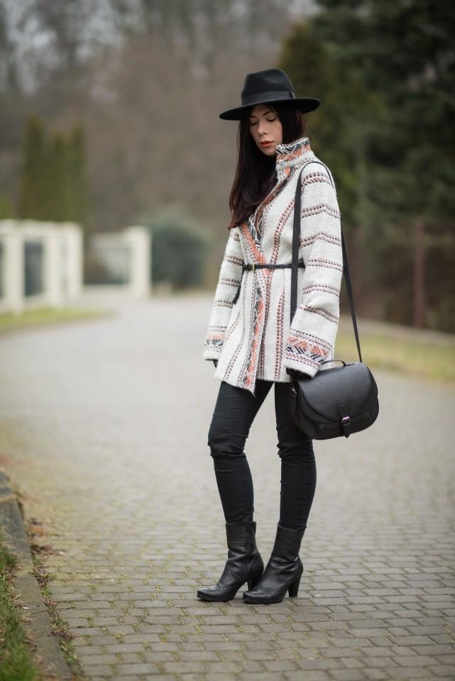 wełniany płaszcz etniczny wzór stylizacja boho blog o modzie blogerka kapelusz fedora skórzane botki na słupku