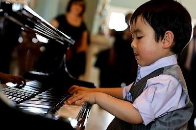 Sửng sốt với tài chơi piano điêu luyện của thần đồng gốc Việt