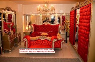 tempat tidur klasik ukiran warna gold dengan kain beludru merah,mebel interior klasik,jual mebel klasik