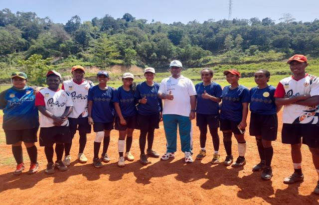 Universitas Cenderawasih (Uncen) Jayapura Berikan Beasiswa Untuk 3Atlet Softball PON Papua.lelemuku.com.jpg