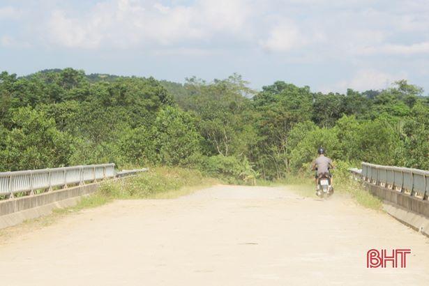 Cầu đã hoàn thành 4 năm chưa có chỉ dẫn