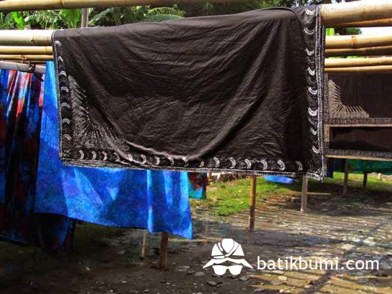 Penjemuran kain batik setelah malam dilorot