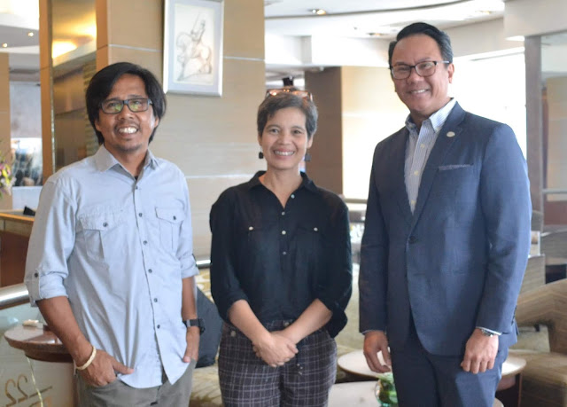 (L-R) Art Relief Mobile Kitchen vice-president Al Benavente and co-founder Precious Leano with Discovery Suites Manila general manager Leeds Trompeta