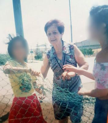 סבתם של הילדים - צילמה אותם בביקור מפתיע