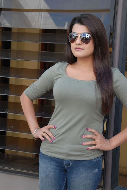 Tashu kaushik sexy melons in tight t-shirt
