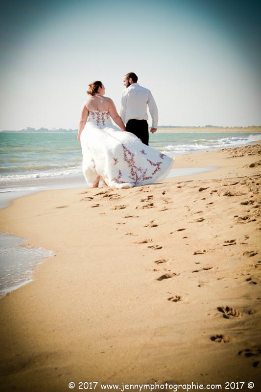 photo de mariés de dos au bord de la mer