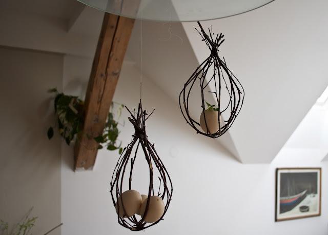 DIY projekty - hnízda/klícky vyrobené z větviček se dají zavěsit nebo položit. Do nich pak umístíme malou květinu, kraslice nebo jinou velikonoční dekoraci.