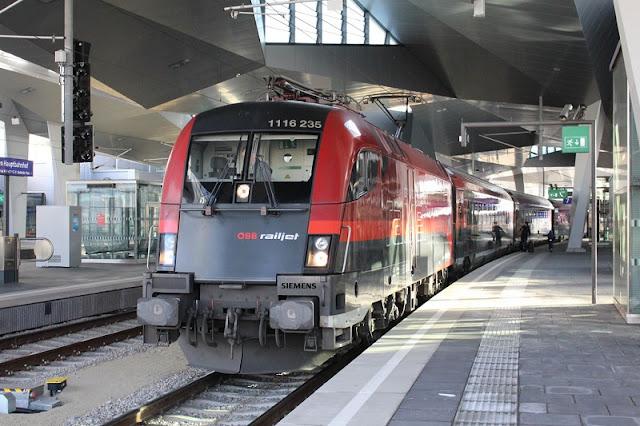 Trem na estação Wien Meidling em Viena