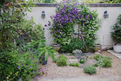 Le jardin des couronnes : Le petit jardin de graviers