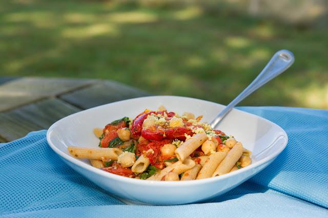 Pasta con Tomates Rostizados, Garbanzos y Arúgula