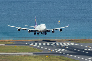 airoplain landing airport
