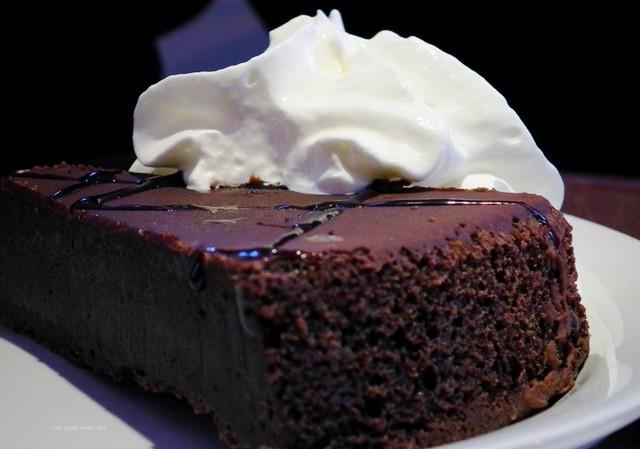 Nesta imagem servimos o bolo com uma colherada de chantilly, mas você servir com a Calda Espelhada de Chocolate. A receita desta e outras coberturas você encontra no blog Receitas da Bebel