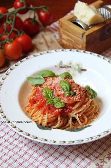 Passata di pomodoro e spaghetti col sugo
