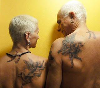 pareja tatuada